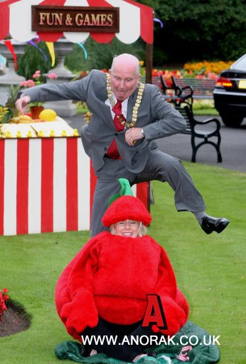 9625892 Belfast Mayor And The Slippery Female Tomato: Photos