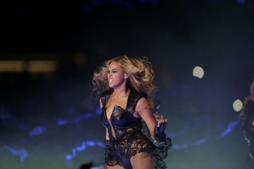 15701845 Beyonce Knowles Super Bowl derp and Mr Microphone show in photos