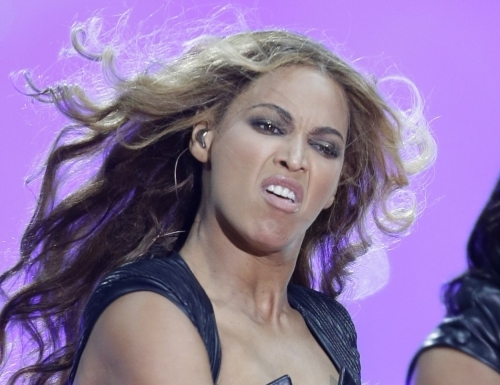 thumbs pa 15701836 Beyonce Knowles Super Bowl derp and Mr Microphone show in photos