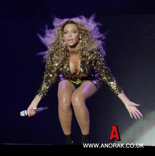 11056127 Beyonce Flashes Her Vagina At Glastonbury? Photos Of The New Cheryl Cole Are NSFW