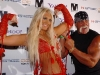 thumbs 2073432 Hulk Hogan Poses With Photo Of His Nude Daughter In A Cage, Which Is Perfectly Normal Behaviour
