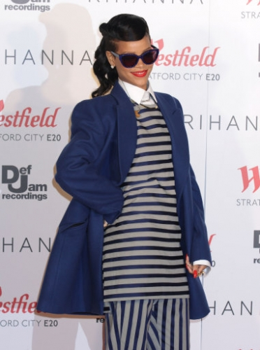 15172485 1 Rihanna turns on Westfield Stratfords Christmas lights   in photos