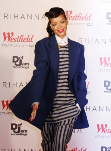 15172504 Rihanna turns on Westfield Stratfords Christmas lights   in photos