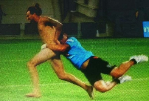 ruben wiki Kiwi rugby coach Ruben Wiki tackles half time streaker (epic photo)