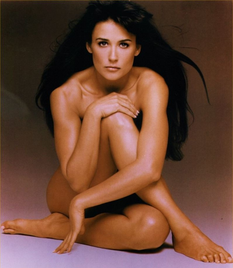 DEMI MOORE SITTING NAKED