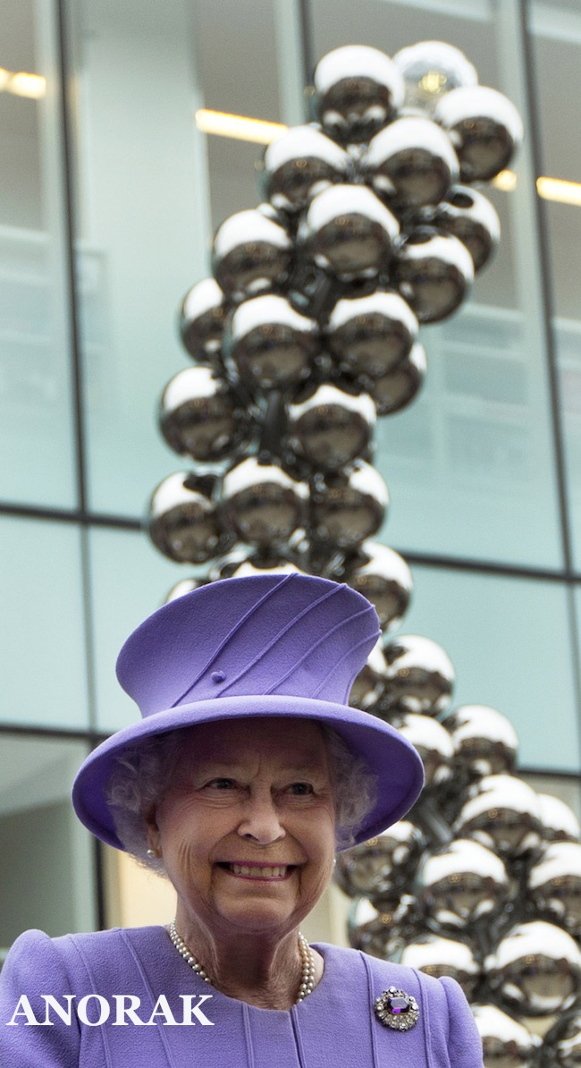 PA 14828413 The Queen views her Colonoscopy statue in Windsor