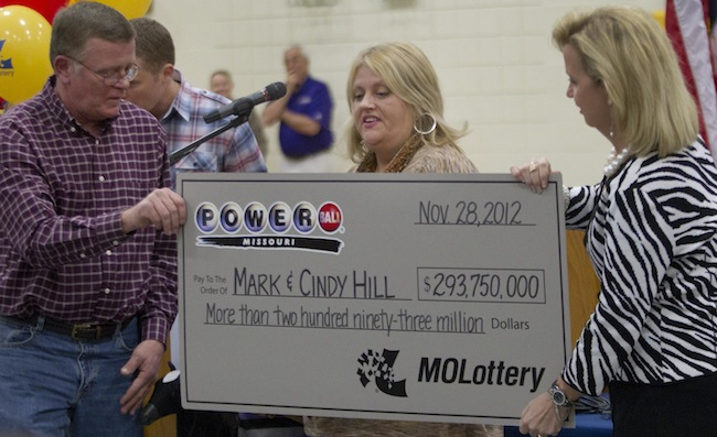 PA 15269445 Powerball winners Cindy and Mark Hill collect $293,750,000.00 (photos)
