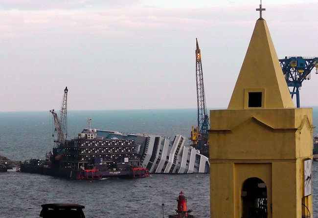 PA 15514450 Costa Concordia: Dry Francesco Schettino was saved by the effect of gravity