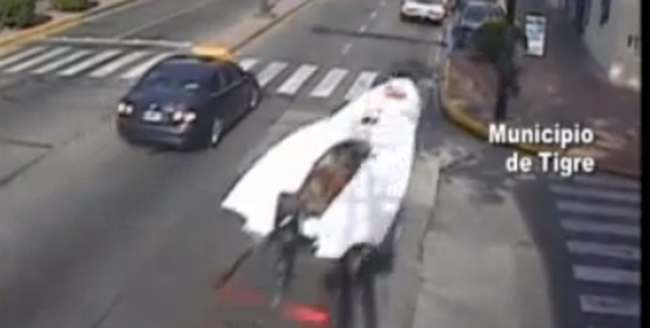 speedboat road argentina Speedboat nearly runs over man crossing road (video)