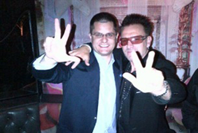 fake bono UN1 UN bozo poses with fake Bono