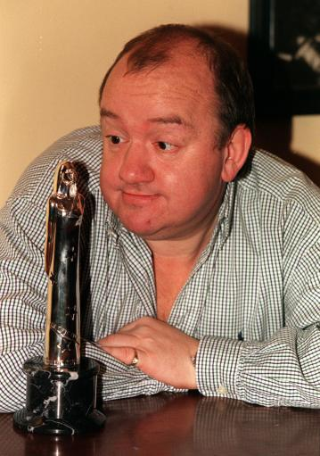 PA NEWS PHOTO 3/12/98 COMEDIAN MEL SMITH AT A PHOTCALL AT THE OLD VIC THEATRE IN LONDON, WHERE HE WILL BE ONE OF THE PRESENTERS OF THE 1998 EUROPEAN FILM AWARDS.