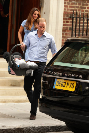 The Duke and Duchess of Cambridge leave the Lindo Wing of St Mary's Hospital in London, with their newborn son. PRESS ASSOCIATION Photo. Picture date: Tuesday July 23, 2013. See PA story ROYAL Baby. Photo credit should read: Yui Mok/PA Wire
