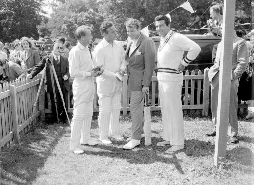 Library file 71904-3 dated 1958 of (l/r) John Mills, Dennis Compton, Burt Lancaster and Frankie Vaughan.