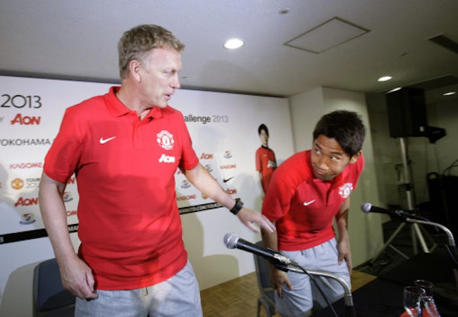 Manchester United's Shinji Kagawa greets manager David Moyes after a news conference in Yokohama, near Tokyo, Monday, July 22, 2013. (AP Photo/Shizuo Kambayashi)