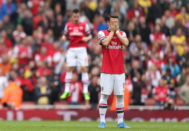 Arsenal's Mesut Ozil on the pitch before kick-off