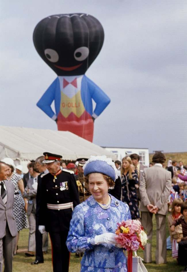 PA 11713169 1977: Her Majesty The Queen Meets A Huge Inflatable Golliwog