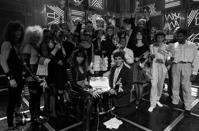 BBC Radio One DJ Gary Davis (kneeling right) with pop stars appearing on the first Top of the Pops to be sold to America. Date: 09/09/1987