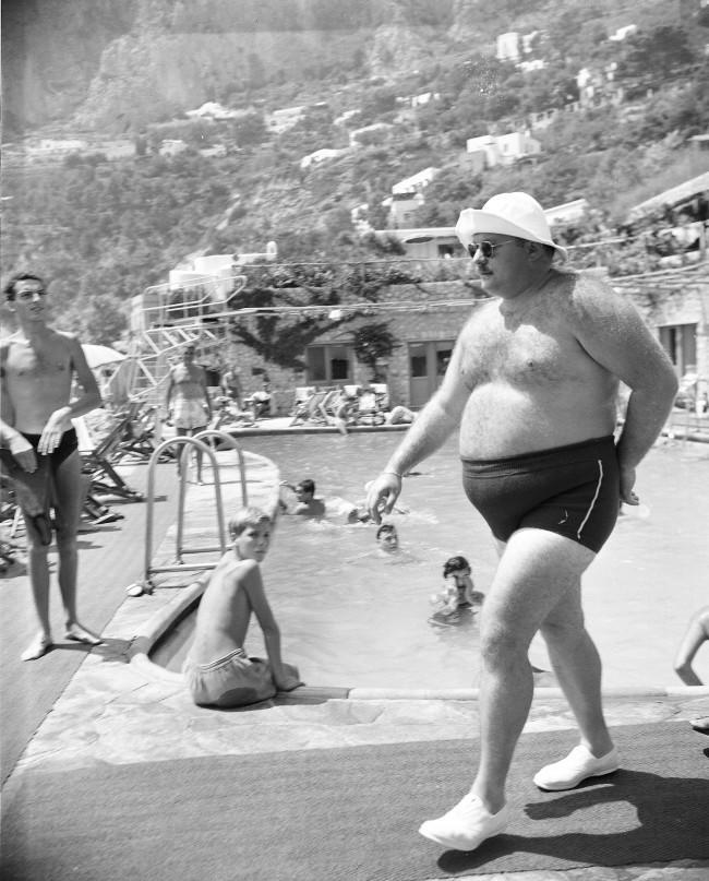 PA 2556199 Flashback: Exiled Egyptian King Farouk Shows Off His Curves At Gracie Fields Restaurant In Capri