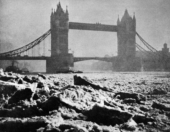 PA 13499376 1 Mud, Flood And Blood: Photos Of Londons River Thames 1895 2000