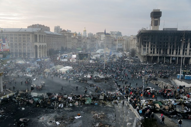 View on Independence Square, the epicenter of the country's current unrest, Kiev, Ukraine, Thursday, Feb. 20, 2014. Fierce clashes between police and protesters in Ukraine's capital have shattered the brief truce Thursday and an Associated Press reporter has seen dozens of bodies laid out on the edge of the protest encampment.