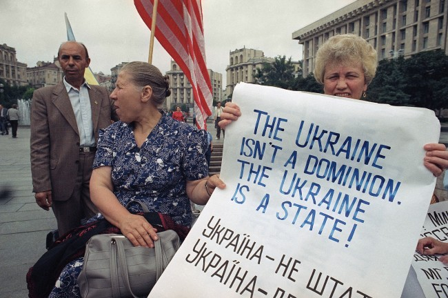 Supporters of the Rukh Popular Movement for Ukraine?s independence, awaiting the arrival of U.S. President George Bush, demonstrate outside the Supreme Soviet Building in Kiev on Thursday, August 1, 1991. The U.S. President will address the Ukrainian session during his visit.