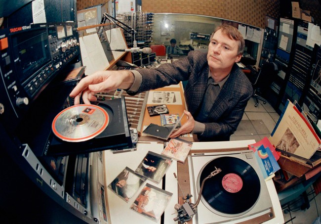 "Disc jockey Gregg Whiteside loads a disc into a compact disc player at WOXR radio station in New York, Wednesday, Feb. 15, 1989. Whiteside says he uses CDs for 95 percent of the music he plays because ""the sound is beautifully clean."" LP sales are falling drastically while the compact disc's popularity is soaring. (AP Photo/Mark Lennihan) Date: 15/02/1989"