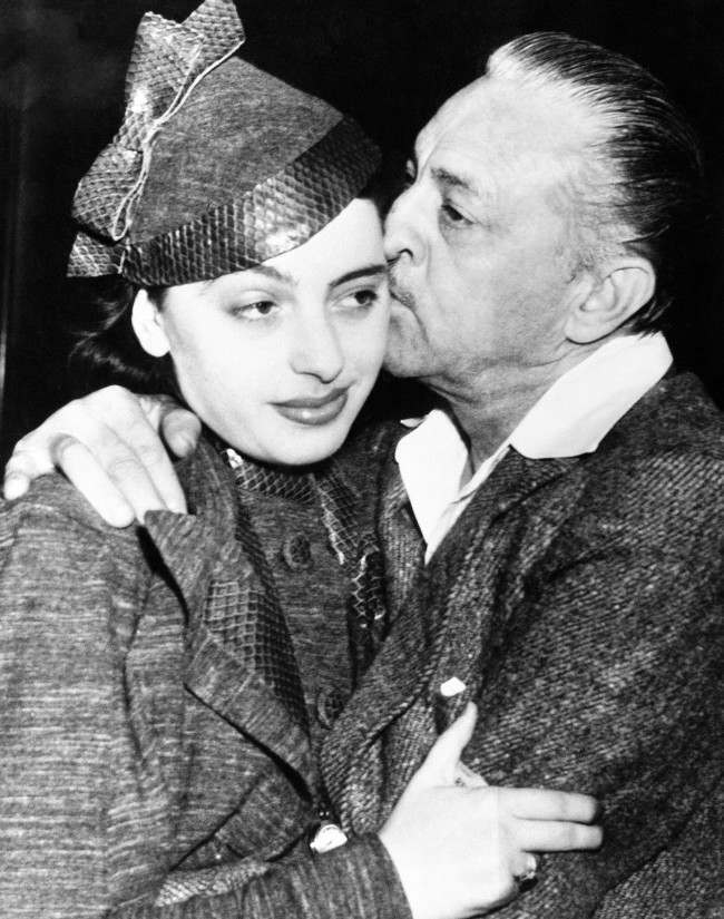 PA 12377854 1937: John Barrymore and Elaine Barrie Stage The Worlds Most Awkward Kiss
