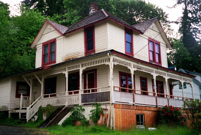 "The house shown in this photo taken May 24, 2001, in Astoria, Ore., was used in the Steven Spielberg film ""The Goonies."" Nearly 17 years after the 1985 release, the home where the main characters live in Astoria still draws dozens of Goonie fans every week, and hundreds of people per month during the summer from around the world. (AP Photo/Stepanie Firth)"