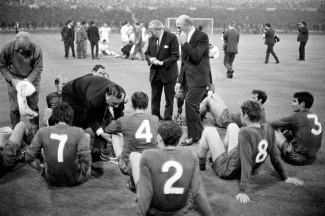 Soccer - European Cup - Final - Manchester United v Benfica Manchester United manager Matt Busby (c, r) and his assistant Jimmy Murphy (l, leaning) try to inspire their players before the start of extra time Date: 29/05/1968
