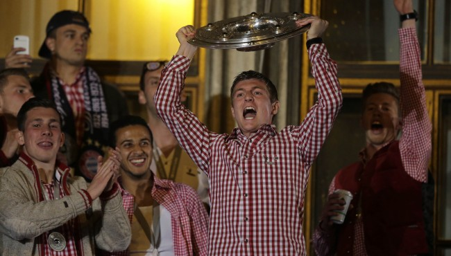 Bayern's Toni Kroos lifts the trophy on the town hall balcony after winning the German Soccer Championship after the season's last home game between FC Bayern Munich and VfB Stuttgart, in Munich, southern Germany, Saturday, May 10, 2014. (AP Photo/Matthias Schrader) Ref #: PA.19789198