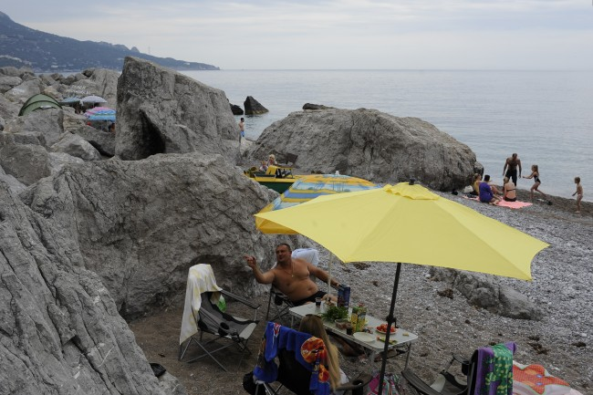 PA 20120130 1 Face of the Day: Russians Holiday On The Crimeas Seized Beaches