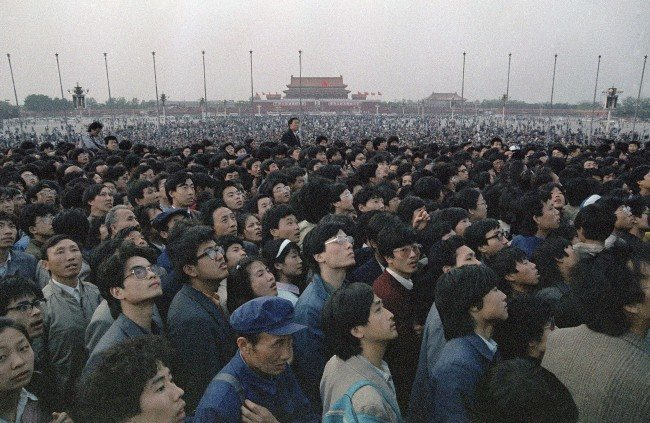 Tens of thousands of students and citizens crowd at the Martyr's Monument at Beijing's Tiananmen Square, April 21, 1989. (AP Photo/Sadayuki Mikami)