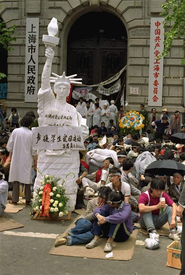 An effigy of the Statue of Liberty stands in front of the Shanghai city government offices as demonstrators rally for democratic reform May 20, 1989. (AP Photo/Mark Avery)