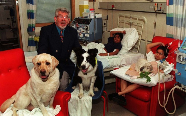 21/4/98 TV PRESENTER ROLF HARRIS ON TIMBO WARD AT GUY'S HOSPITAL, LONDON