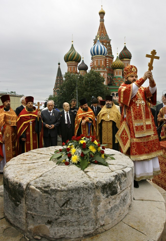 Russian Orthodox priests and former paratroopers participate in a religious service to celebrate Paratrooper's Day on Moscow's Red Square, Thursday, Aug. 2, 2007. Russian paratroopers are an elite unit of the Russian Army. (AP Photo/ Misha Japaridze)