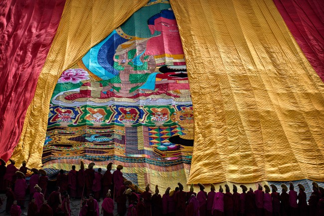 Buddhists and tourists from around the world gathered at the Labrang Monastery in Xiahe County, in northwest China's Gansu Province, to witness the unveiling of a giant painting of Buddha.