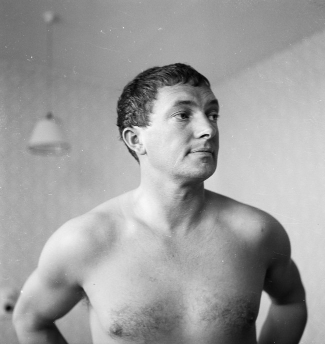 5th June 1961:  Australian cricket captain Richie Benaud in his hotel room while in Britain for the 1961 test series.  (Photo by John Pratt/Keystone Features/Getty Images)
