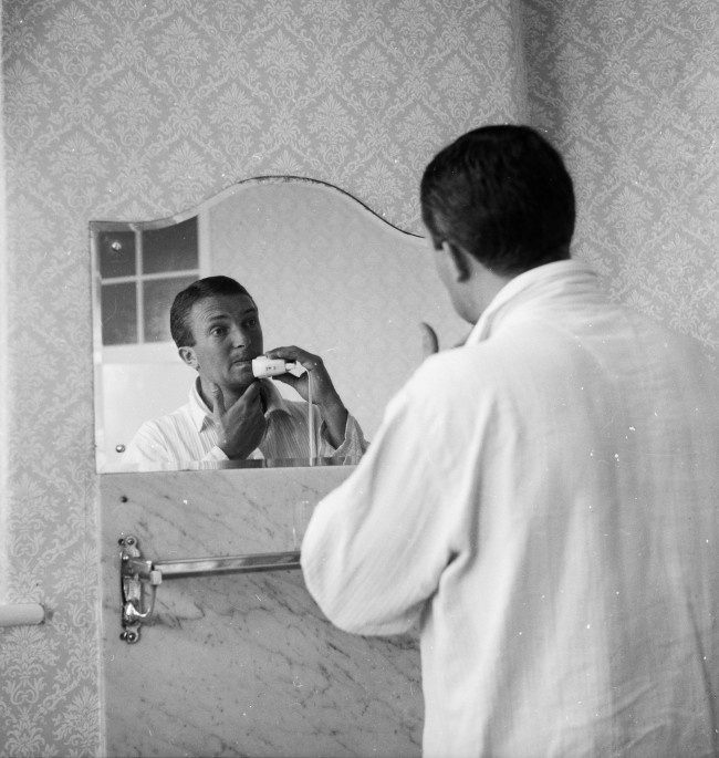 5th June 1961:  Australian cricket captain Richie Benaud shaving in his hotel room while in Britain for the 1961 test series.  (Photo by John Pratt/Keystone Features/Getty Images)