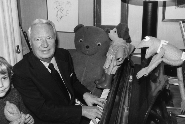 9th January 1979: Edward Heath, British Conservative politician and prime minister (1970 - 1974) playing the piano to the amusement of Kermit the Frog and Paddington Bear. (Photo by Evening Standard/Getty Images)