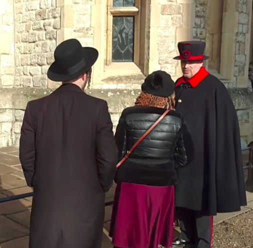 Idiot throws glove at Tower of London guard