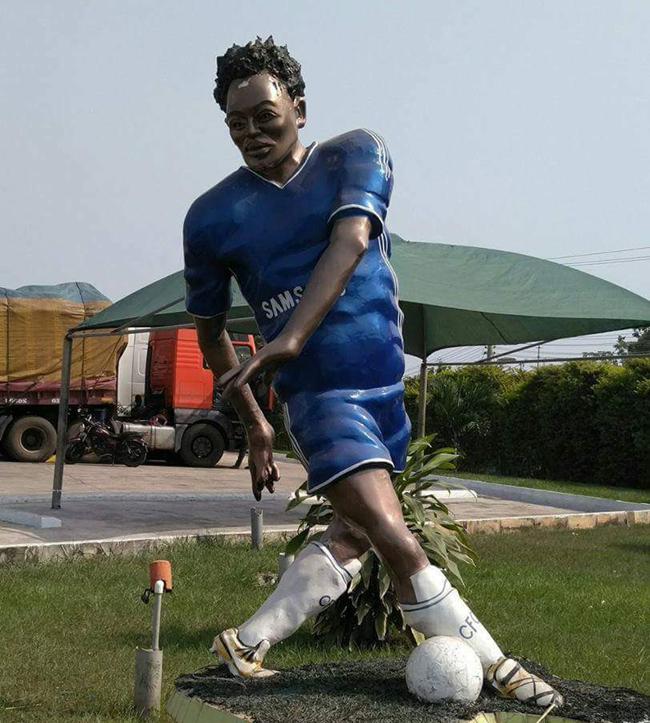 essien-statue-chelsea-ghana