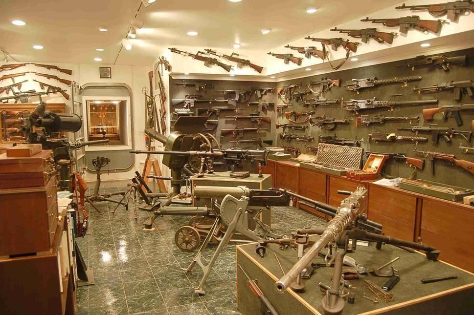charlton-heaston-guns-1.jpg