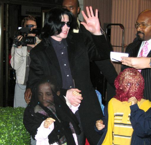 michael-jackson-and-his-children-prince-michael-and-paris-visit-harrods