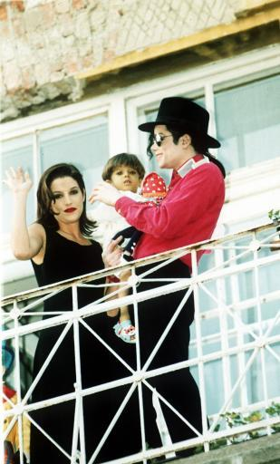31 michael-jackson-and-his-wife-lisa-marie-presley-on-a-visit-to-budapest