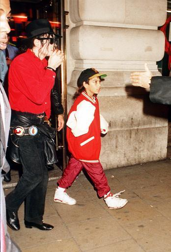 Anorak News The Most Controversial Michael Jackson Pictures
