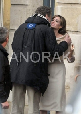 Anorak News Angelina Jolie Kisses Tourist Brad Pitt