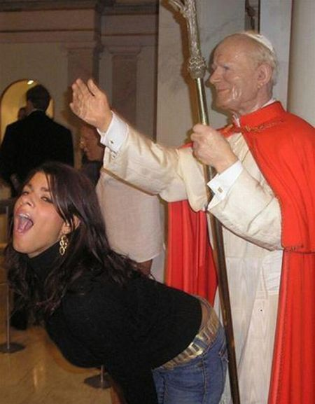 Women misbehaving with statues (photos)